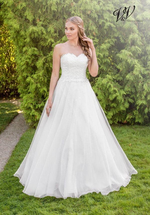 Ein Hochzeitskleid der A-Linie mit Herzausschnitt.