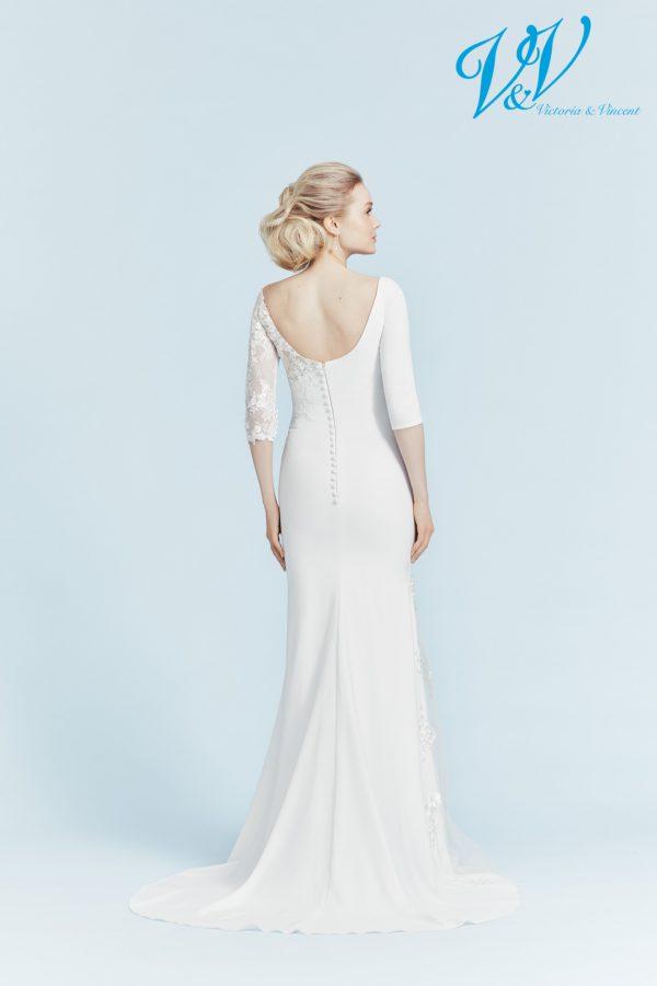 Ein schlichtes Hochzeitskleid mit Ärmeln und offenem Rücken.