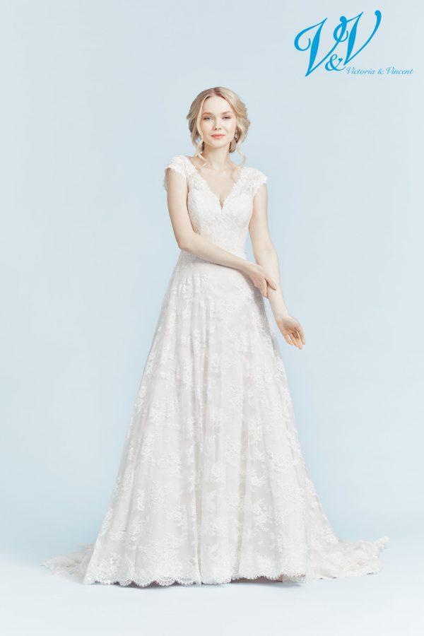 Ein romantisches Hochzeitskleid der A-Linie mit V-Ausschnitt. Perfekt für eine kirchliche Hochzeit.