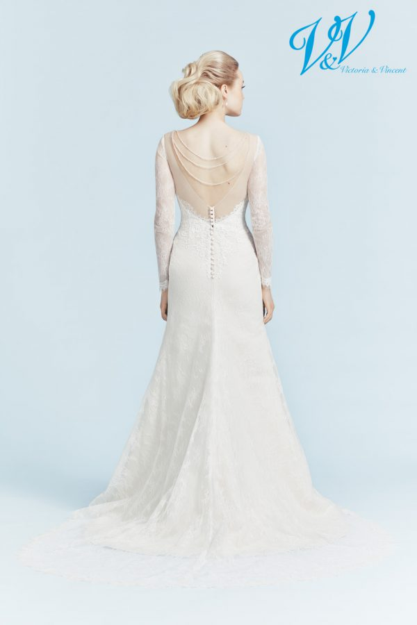 Ein rückenfreies Hochzeitskleid mit langen Ärmeln.