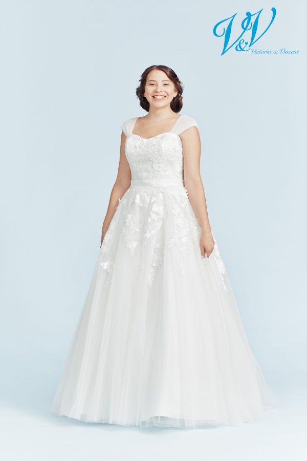 Ein Hochzeitskleid aus Spitze für große Größen. Geschnürter Rücken für ein klassisches Prinzessin-Gefühl.
