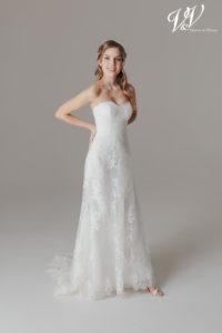 Ein rückenfreies Hochzeitskleid der A-Linie für einen schlichten, eleganten Auftritt.