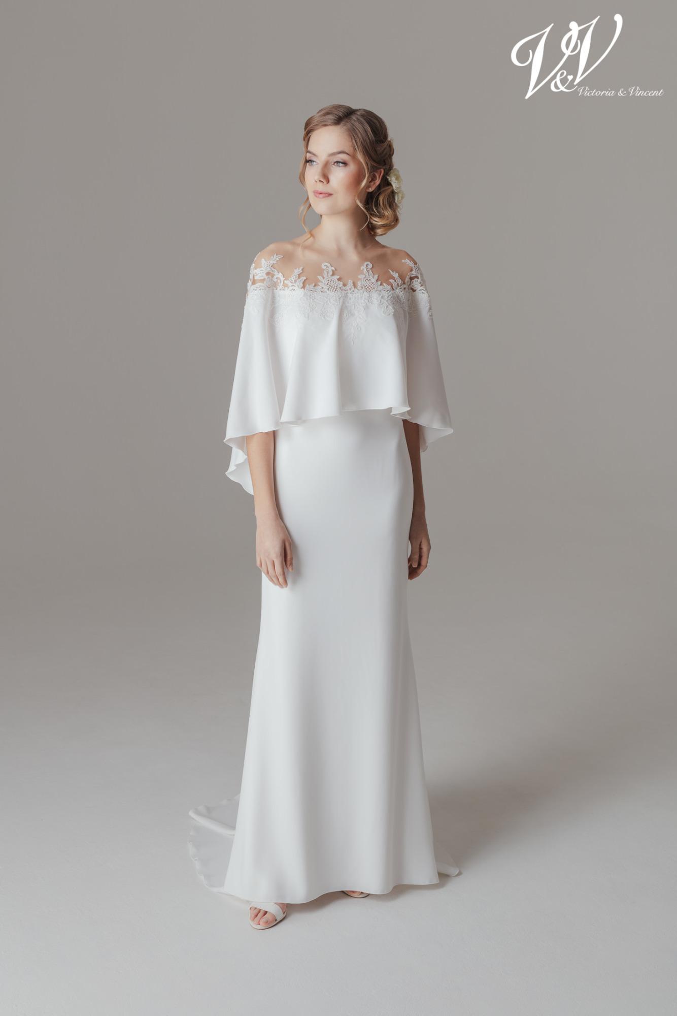 Ein schlichtes Etui-Brautkleid mit Ärmeln.