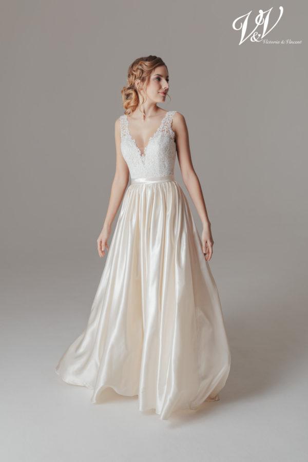 Ein rückenfreies Satin-Hochzeitskleid für eine klassische Ausstrahlung.