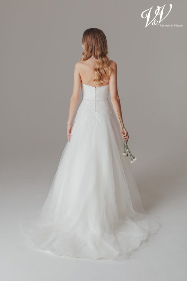 Ein rückenfreies Hochzeitskleid der A-Linie mit Neckholder. Sehr hochwertige Tüllqualität.