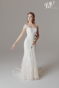 Ein schulterfreies figurbetontes Hochzeitskleid mit Bohemian-Einflüssen.