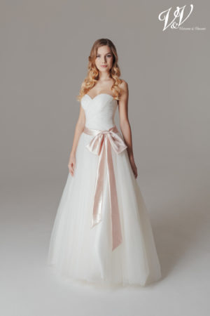 Ein Prinzessin-Hochzeitskleid mit offenem Rückenteil. Sehr hochwertige Tüllqualität.