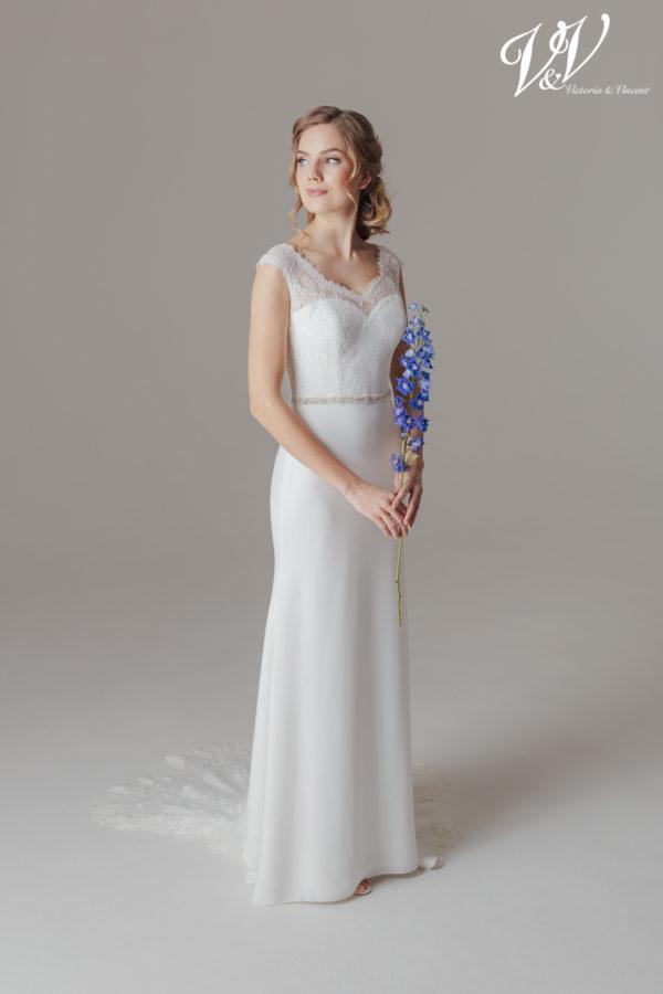 Ein prachtvolles Bohemian-Hochzeitskleid mit Illusion-Rücken aus Spitze. Perfekt für eine Hochzeit im Sommer.