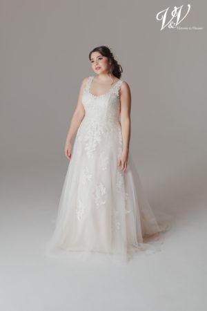 Ein romantisches Große Größen-Hochzeitskleid. Sehr hochwertige Qualität der Spitze. Perfekt für eine klassische kirchliche Hochzeit.