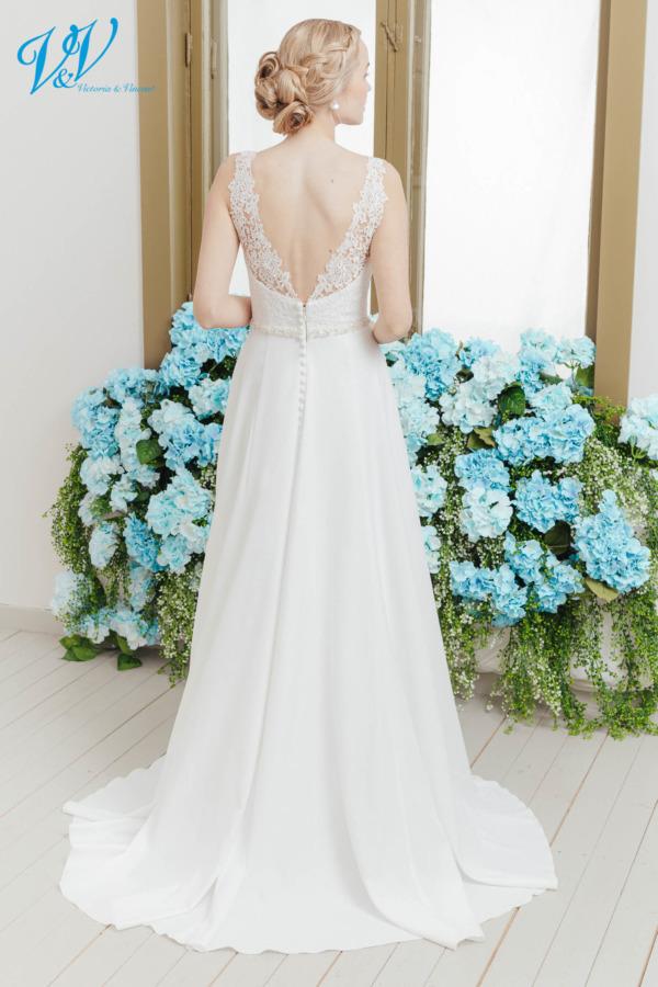 Schönes rückenfreies Vintage Hochzeitskleid. Aus hochwertigem Krepp gefertigt. Das Hochzeitskleid im Bild hat Farbe ivory / nude, dieses Kleid ist auch erhältlich in ganz ivory oder weiss.