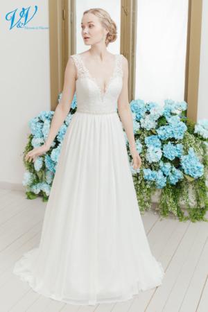 Rückenfreies A-Linie Brautkleid mit Trägern. Ein elegantes Spitzenoberteil mit einem hochwertigem Rock aus Chiffon. Das Hochzeitskleid im Bild hat Farbe ivory / nude, dieses Kleid ist auch erhältlich in ganz ivory oder weiss.