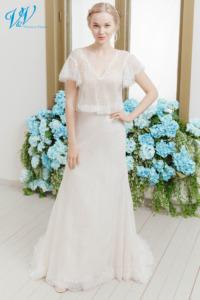 Rückenfreies boho Brautkleid mit Ärmeln. Dieses einzigartige Brautkleid hat wunderschöne Spitzenmuster. Hergestellt aus hochwertigem Tüll.Das Hochzeitskleid im Bild hat Farbe ivory / nude / salmon, dieses Kleid ist auch erhältlich in ganz ivory oder weiss.