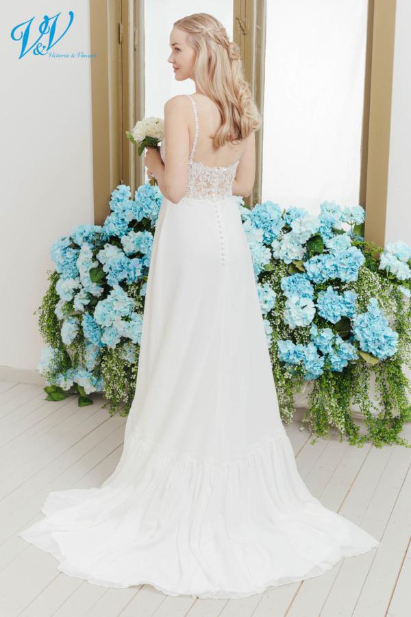 Ein Chiffon Hochzeitskleid mit wunderschönen Spitzendetails. Dieses rückenlose Brautkleid vereint sexy und boho in einem Kleid. Das Hochzeitskleid im Bild hat Farbe ivory / nude, dieses Kleid ist auch erhältlich in ganz ivory oder weiss.