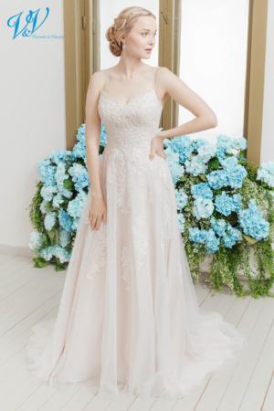 Sexy Hochzeitskleid mit eleganten Perlenträgern. Das günstigste rückenfreie Brautkleid bester Qualität erhältlich. Das Hochzeitskleid im Bild hat Farbe ivory / blush / salmon, dieses Kleid ist auch erhältlich in ganz ivory oder weiss.