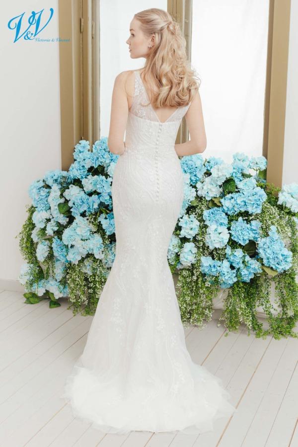 Brautkleid im Meerjungfrau Stil aus sehr hochwertiger Spitze. Das günstigste romantische Brautkleid bester Qualität erhältlich. Das Hochzeitskleid im Bild hat Farbe ivory, dieses Kleid ist auch erhältlich in weiss.