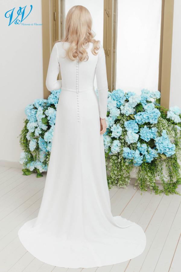 Ivory Brautkleid mit Ärmeln. Mit geschlossenem Rücken und aus hochwertigem Krepp.Das Hochzeitskleid im Bild hat Farbe ivory, dieses Kleid ist auch erhältlich in weiss.