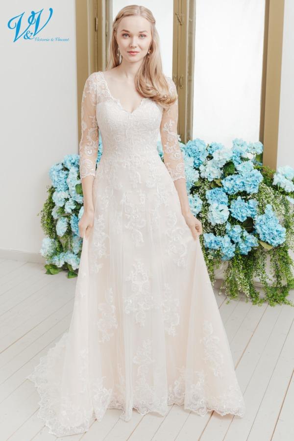 Schönes Brautkleid mit Spitzenärmeln und einem Herz-Ausschnitt. Das günstigste schlichte Brautkleid bester Qualität erhältlich. Kann auch mit geschlossenem Rücken bestellt werden. Das Hochzeitskleid im Bild hat Farbe lt champagne, dieses Kleid ist auch erhältlich in ganz ivory oder weiss.