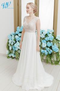 Schönes boho Brautkleid mit einem offenen Rücken und hochwertiger Spitze. Für die Braut die etwas besonderes möchte. Das Hochzeitskleid im Bild hat Farbe ivory / nude, dieses Kleid ist auch erhältlich in ganz ivory oder weiss.