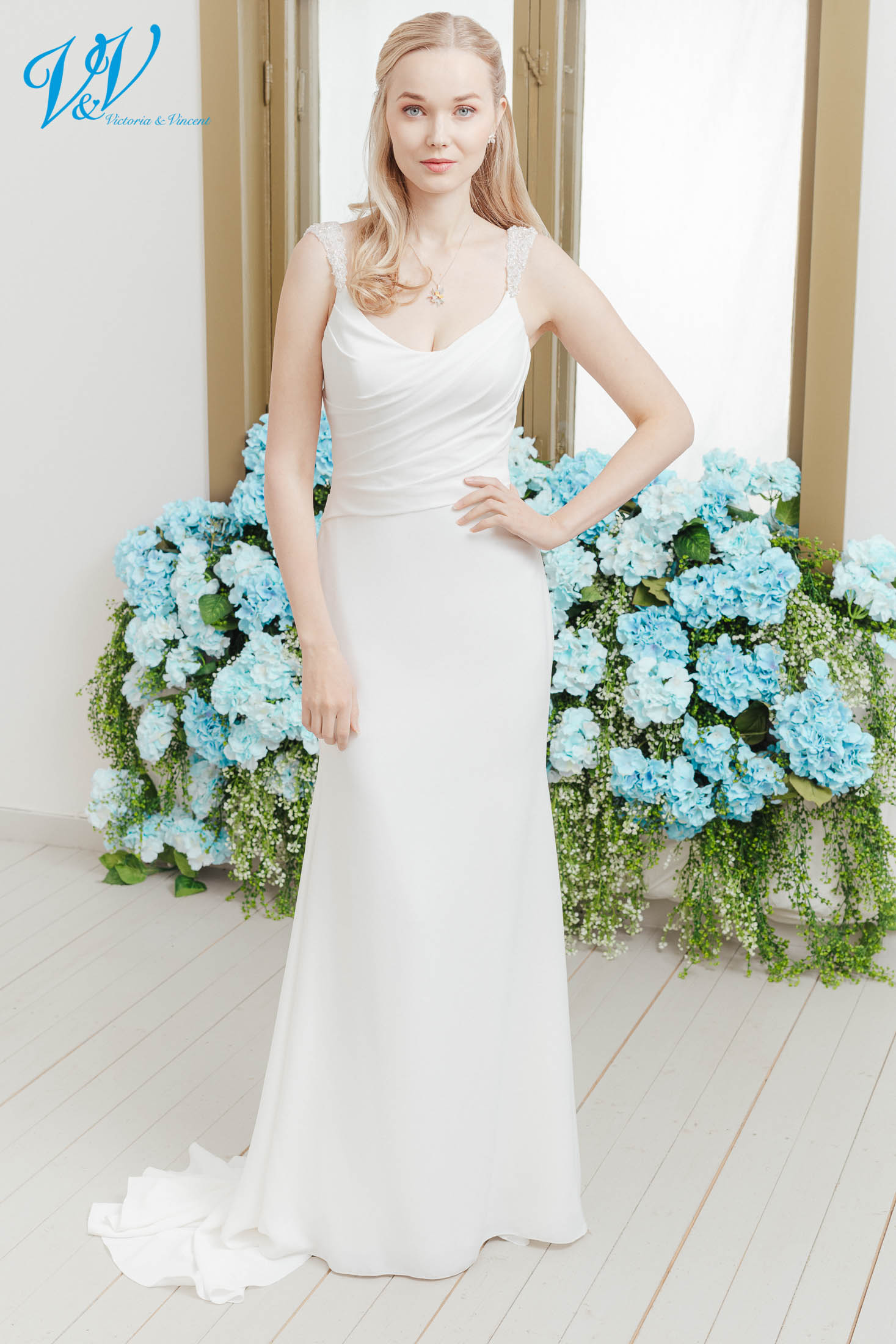 Das günstigste Meerjungfrau Brautkleid bester Qualität erhältlich. Hergestellt aus hochwertigem Krepp mit glitzernden Trägern Das Hochzeitskleid im Bild hat Farbe ivory, dieses Kleid ist auch erhältlich in weiss.