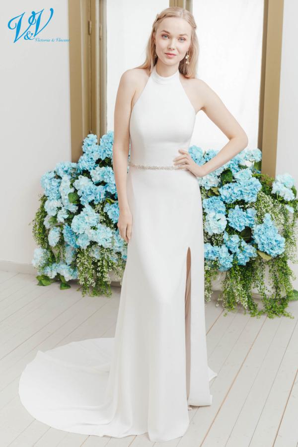 Neckholder Brautkleid für einen schlichten Look. Dieses einfache Hochzeitskleid hat einen Schlitz und ist aus Krepp gefertigt. Das Hochzeitskleid im Bild hat Farbe ivory, dieses Kleid ist auch erhältlich in weiss.