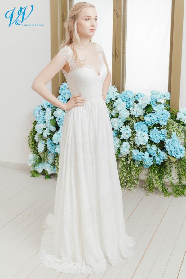 Hochzeitskleid aus Chiffon mit Spitzendetails im Boho-Stil. Das günstigste Vintage Brautkleid bester Qualität erhältlich. Das Hochzeitskleid im Bild hat Farbe ivory / nude, dieses Kleid ist auch erhältlich in ganz ivory oder weiss.
