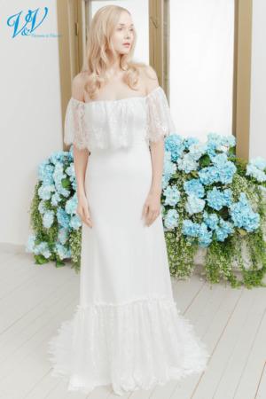 Hochzeitskleid mit Carmen-Ausschnitt im Boho-Stil. Mit A-Linie und schöner Spitze. Das Hochzeitskleid im Bild hat Farbe ivory, dieses Kleid ist auch erhältlich in weiss.
