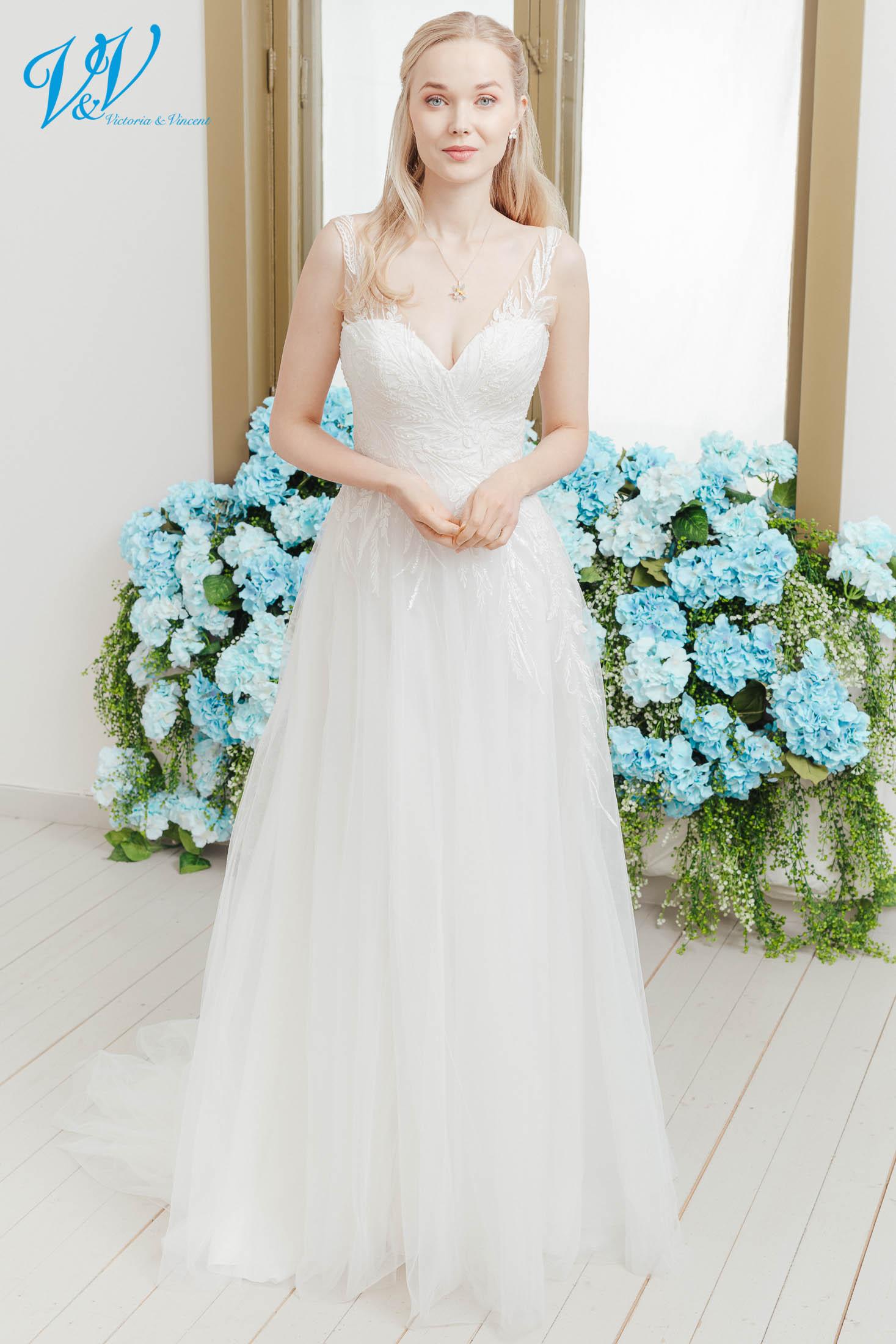 A-Linie Brautkleid. Schönes Prinzessin Brautkleid mit atemberaubenden Spitzenmustern. Hergestellt aus sehr hochwertigem Tüll. Das Hochzeitskleid im Bild hat Farbe ivory / nude / lt grey, dieses Kleid ist auch erhältlich in ganz ivory oder weiss.
