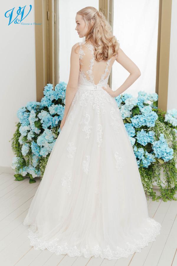 Klassisches Brautkleid mit romantischem Flair. Das günstigste Brautkleid aus Spitze bester Qualität erhältlich. Das Hochzeitskleid im Bild hat Farbe ivory / nude / lt champagne, dieses Kleid ist auch erhältlich in ganz ivory oder weiss.