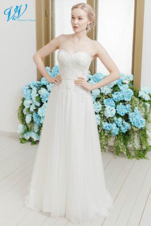 Etui Brautkleid perfekt für eine Sommerhochzeit. Das günstigste Brautkleid aus Tüll bester Qualität erhältlich. Das Hochzeitskleid im Bild hat Farbe ivory, dieses Kleid ist auch erhältlich in weiss.