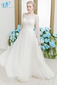 Traditionelles Brautkleid mit langen Ärmeln, hohem Ausschnitt und weichem Tüllrock. Dieses edle Brautkleid ist perfekt für eine kirchliche Hochzeit. Das Hochzeitskleid im Bild hat Farbe ivory, dieses Kleid ist auch erhältlich in weiss.