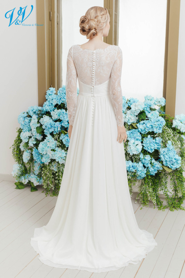 Brautkleid mit langen Ärmeln, einem geschlossenen Rücken und einem hochwertigem Chiffon Rock. Dieses traditionelle Brautkleid lässt Sie fantastisch aussehen. Das Hochzeitskleid im Bild hat Farbe ivory, dieses Kleid ist auch erhältlich in weiss.
