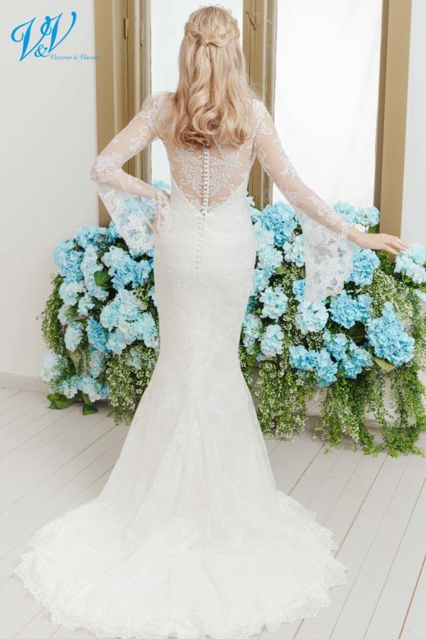 Fit und flare Brautkleid mit wunderschönem Rücken. Romantisch und elegant, aus hochwertiger Spitze gefertigt. Das Hochzeitskleid im Bild hat Farbe ivory / nude / salmon, dieses Kleid ist auch erhältlich in ganz ivory oder weiss.