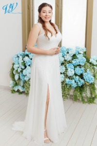 Elegantes Übergrössen Hochzeitskleid mit einem geschlossenen Rücken. Hergestellt aus hochwertigem Chiffon. Eingebaute Corsage für gute Stützung. Das Hochzeitskleid im Bild hat Farbe ivory / nude, dieses Kleid ist auch erhältlich in ganz ivory oder weiss.