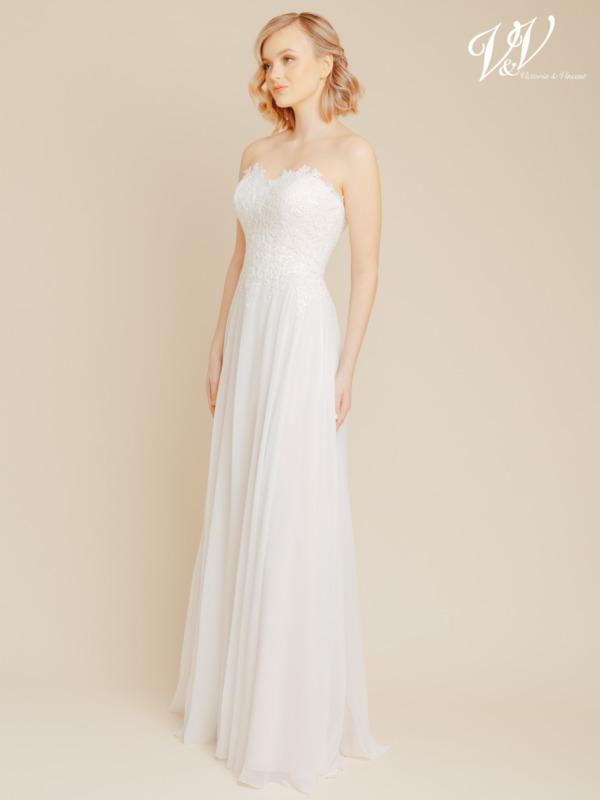 Dieses rückenfreie Brautkleid besteht aus sehr hochwertigem Chiffon. Das Top ist mit wunderschönen Spitzenmustern verziert. Erschwingliches, aber sehr gut unterstütztes und gut verarbeitetes Brautkleid. Das Hochzeitskleid im Bild hat Farbe ivory / cappuccino, dieses Kleid ist auch erhältlich in ganz ivory.