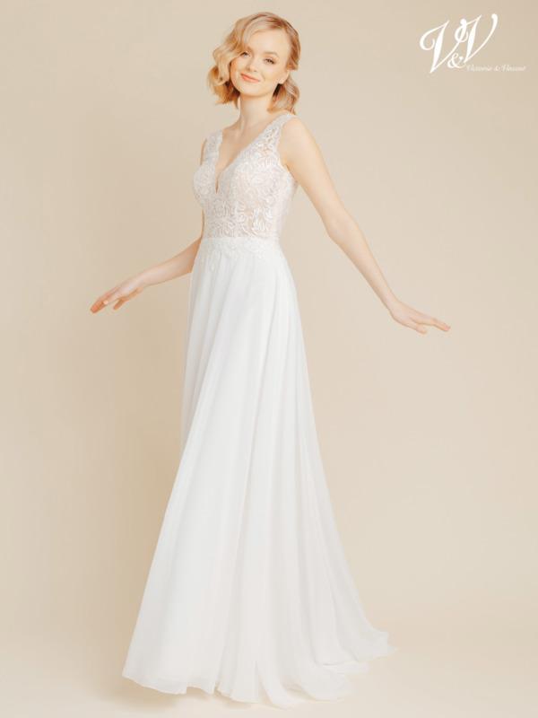 Chiffon Brautkleid mit V-Ausschnitt und V-Rücken. Gut unterstütztes und dennoch erschwingliches Brautkleid in Premiumqualität. Das Hochzeitskleid im Bild hat Farbe ivory / nude, dieses Kleid ist auch erhältlich in ganz ivory.