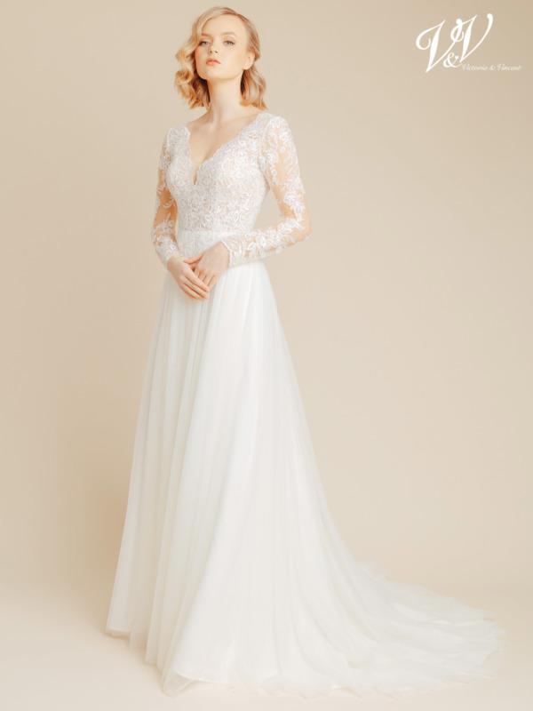 Wunderschönes Langarm-A-Linie Brautkleid. Das Oberteil und die Ärmel sind mit Spitzenmustern verziert. Der Rock besteht aus sehr hochwertigem Tüll. Das günstigste Brautkleid in Premiumqualität mit Ärmeln erhältlich. Das Hochzeitskleid im Bild hat Farbe ivory / nude, dieses Kleid ist auch erhältlich in ganz ivory.