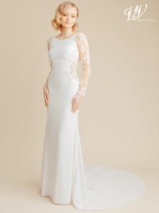 Ein elegantes, modernes Hochzeitskleid mit langen Ärmeln. Hergestellt aus sehr hochwertigem Crêpe. Der Illusionsrücken ist mit wunderschönen Spitzenmustern verziert. Das günstigste Crêpe-Brautkleid in Premiumqualität auf dem Markt. Das Hochzeitskleid im Bild hat Farbe ivory / nude, dieses Kleid ist auch erhältlich in ganz ivory.
